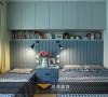 最有心的是这间卧室,小巧的空间被充分利用,一个过道解决了两张床的布置,以后有了娃娃也不担心不能照顾周全了。储物空间更是发挥到了最大利用效率。