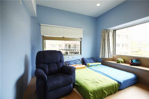 """""""蓝色的儿童房简洁明亮又充满童趣,深蓝色单人沙发专为爸爸定制,便于睡前给孩子们讲故事。"""""""