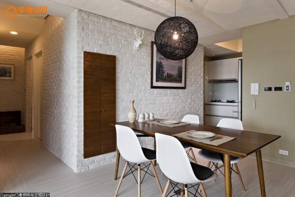 设计师利用梁下墙体厚度内嵌餐柜,仅露出木色门片与饰品、挂画共同织构餐厅主墙风景。