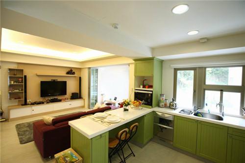 """""""麦芽色的客厅配合青草绿的厨具颜色,温馨又不失活泼。"""""""