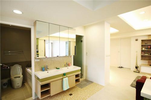 """""""以马赛克砖铺陈卫浴空间,镜柜内有充足的收纳空间,左右两边为两间独立的卫浴设备,分别有淋浴及泡澡区。"""""""