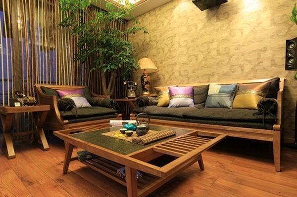 客厅的主要家具用天然木材打造,线条简洁,强调自然与实用的结合。客厅与阳台之间用玻璃推拉门隔开,视野得以延伸到户外。