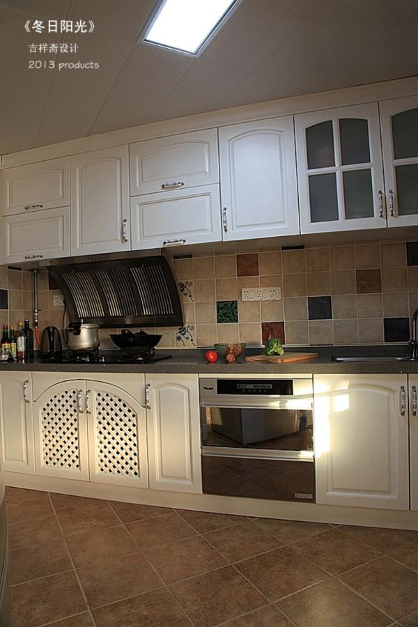 吉祥斋装饰——厨房,烹饪及收拾整理等炊事工作动线简捷、顺畅,同时相对增加了空间尺度,给人以宽敞、豁亮的感觉。
