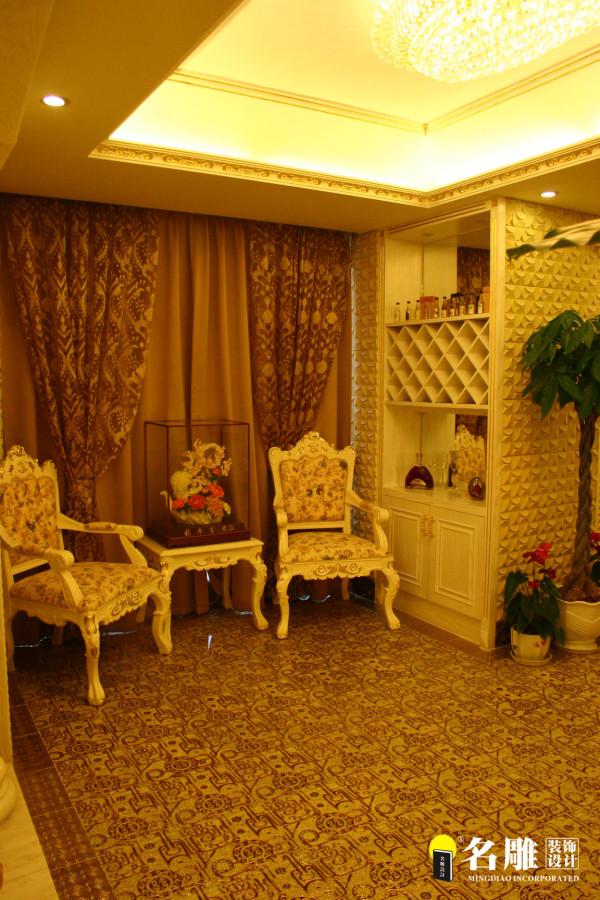 休闲室:白色欧式座椅、白色墙面柜,简约中透露中高贵,休闲中体现优雅。