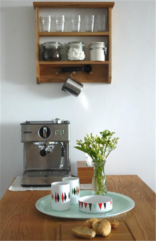 墙面搁架、咖啡机、Ferm-living的餐盘、温馨有接地气。