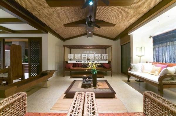 样板房初期定位的风格是泰式风格,经过市场调查,最后决定选用巴厘岛风格,这个在中国大陆样板房风格里面很少出现的风格来诠释这套独栋别墅。