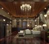 因为男主人特别偏爱深色的,所以主卧主要选用深色的家具,顶面依旧保留了尖顶的造型,很显房高。一些护墙板的运用和壁纸的运用很大气。