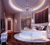 设计中打破了纯中式设计的观念,,使整个空间高贵不失典雅。 主卧室床头和地面空间结合,是整个房间最有特色的地方。深色木质再配以简约筒灯,不约而同的色调文化使整个房间的贵族气质显现得淋漓尽至。