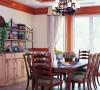 餐厅原木材质的餐桌有古典味道,适合不常居住的第二居所和朋友聚会之用。铁艺灯和天花的木梁是美式乡村风格的标志哦。