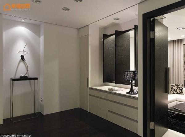 起居室透过黑檀木的沉稳意象,缓缓的铺述出业主沉静内敛、品味细致的生活态度。