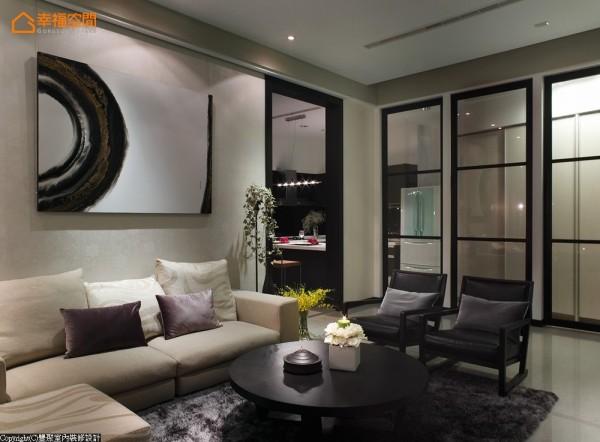 客厅一旁以清玻璃、柚木实木作榫接处理的拉门设计,轻松的将原本不方正的客厅格局拉正,柜体设计可收纳鞋类、酒类、及电器物件的置放。