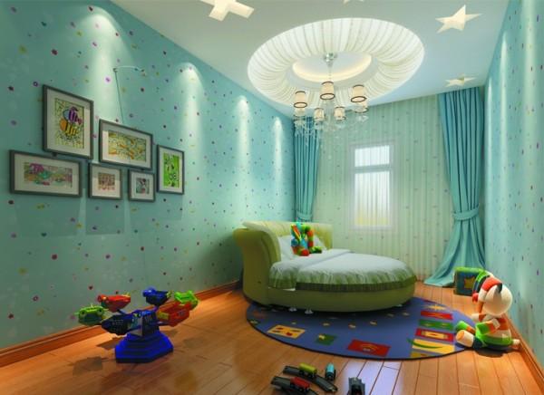 蓝色的壁纸,蓝色的窗帘,可爱的装饰画 淡蓝色是对儿童的心里发展起到健康影响的颜色,地面使用地板可以让小朋友尽情的玩耍,所有的设计都以快乐的童年为主。