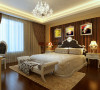 主人房柔软的地毯,洁净的墙壁,线条优美的软包,一切都是那么干净清爽。背景墙面的软包设计,条形墙纸,天花设计的多层叠级设计。