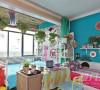 整个房间的色彩非常鲜明,阳台也被改造成了卧室的一部分。阳台顶悬挂了一些绿植做装饰,2张床之间用书桌隔断。