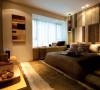 主卧在延续客厅的古典风格的基础上,对结构布局做了更合理的改造,独立卫生间,完善了主卧的功能。此外,将连着主卧的阳台改为书房,方便日常的工作与学习。