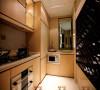 具有强烈对比感的高纯度色彩并不适用于小户型厨房,太多热烈的颜色会使得小空间有种燥热气氛。因此利用同一色系的相近色彩,可以感觉空间被放大;而厨房里的餐具饰品选择与硬装相同的色调,增加空间层次感。