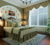 主卧室布置较为温馨,作为客户的私密空间,主要以功能性和实用舒适为考虑的重点,用暖色墙漆和拼花的壁纸形成的床头背景墙,体现出乡村的自然和安逸。