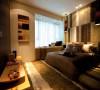 卧室背景墙用一些软装搭配更加好看,与电视背景墙相互辉映,风格更加统一、协调,还有铺上地毯,显得整个卧室十分温馨,卧室背景墙上面配有一对吊灯,再加上上面的小射灯灯光效果非常好,显得更有气氛