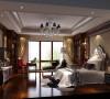 主卧室的装饰上,设计师选择了浅色系的壁纸、深色家具,乳黄色花色壁纸与床品和呼应,营造了一种安静、素雅、干净的氛围。