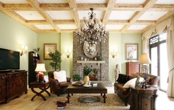 房间放置了很多绿色植物,深棕色的家具与实木颜色相仿,各类古典的小饰物,墙正中的砖砌设计,自然宁静。