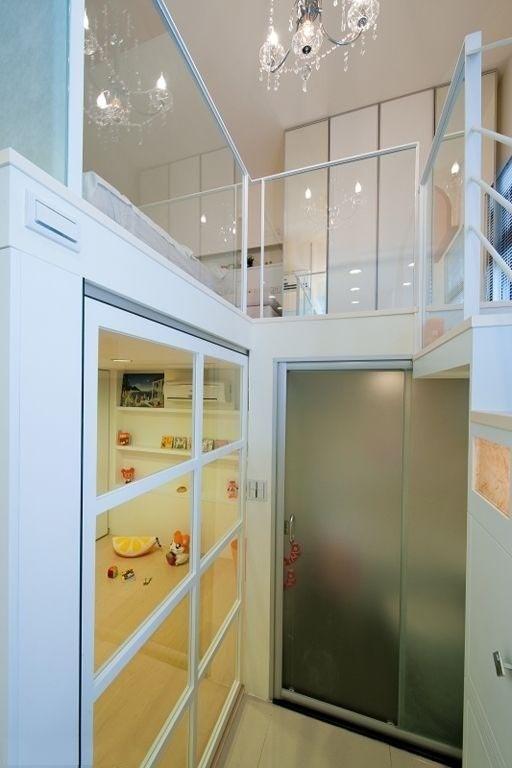 来看看楼梯下的隐藏空间:磨砂玻璃后是浴室,左手旁是儿童房,因为位置狭窄,选用推拉门相对节省空间。