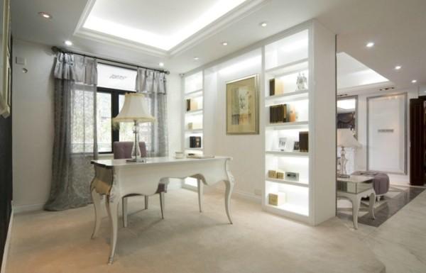 书房空间用固定的展柜式墙面隔断,再以书桌椅进行简单搭配,整体空间简洁明了。