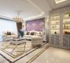 沙发背景墙部分采用高贵梦幻紫的软包,搭配欧式布艺家具,成功营造了温馨舒适的家具空间;地面的设计层次丰富但不繁琐,点到为止。