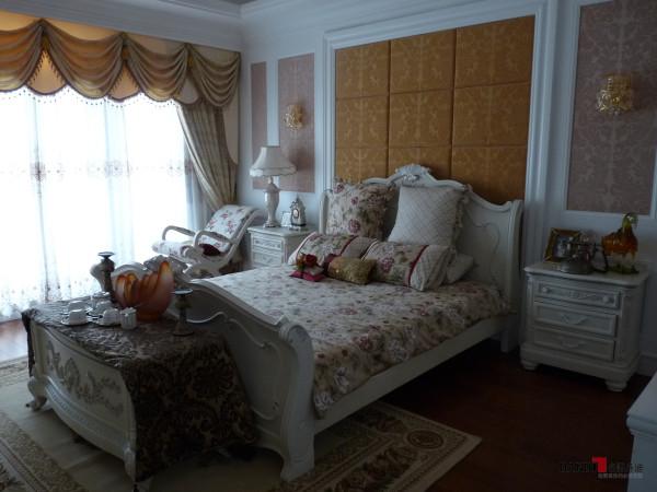 名雕丹迪设计-星洲湾别墅-欧式风格卧室:墙面采用高级软包设计,红木质地板平铺空间,一种温馨雅致的氛围油然而生。