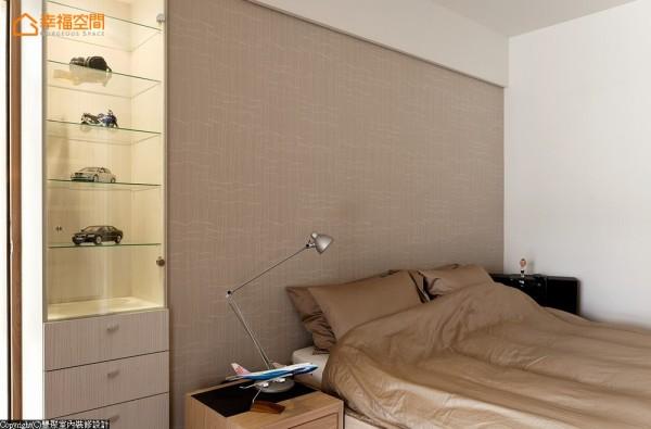 男孩房则是在书桌上方加入多层次层板,及开放式事务柜,提高收纳性,而床头旁柜体,设计师黄翊峰也以玻璃层板处理,提供视觉明亮度。
