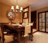 设计理念:摆设整齐有序的餐具,透明的高脚杯,华丽的餐布,象征古典主义风格圆镜,都让人有身临其境的怀旧情愫。古典的餐桌在白色吊灯的辉映下体现出悠久而深远的文化内涵。