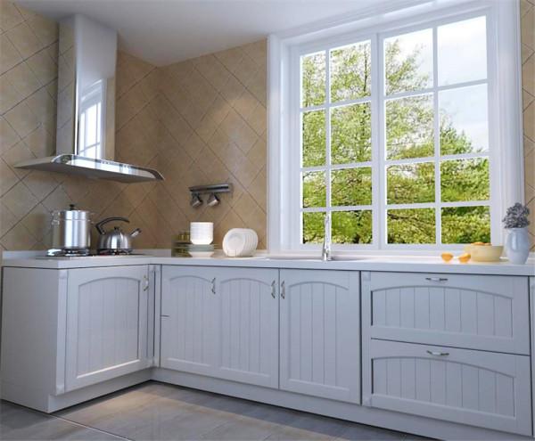 厨房整洁明朗橱柜的白皙和窗套的白洁融为一体,墙砖和地砖的色调立刻使厨房火热起来。