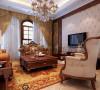 呈现的则是一片清新,典雅和大气并存的轻松空间。大气的电视背景墙,明亮素实的窗帘,和古典色彩的地毯相呼应的吊灯,加上造型简洁大方的沙发构成了一个典型的美式空间,送给心灵一次美洲的游历。