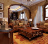 稳重而简约温暖的客厅,以古典偏现代的手法连贯会客厅及公共空间,搭配壁面造型,大面积的落地采光,营造出简约高质感的空间氛围,典雅而不繁复