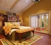 由于小主人公是个个性独立的男孩,正处于活泼好动期,所以房间内铺有地毯,减轻地面硬度。房间内主体色为黄色,选用素色的壁纸,灯光色为黄色,这样灯光的黄色与主体素色壁纸相融合,塑造一个温馨、舒适的梦幻空间。