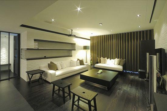 设计重点:隐藏式的投影     电视上方隐藏式的投影布幕可垂降下来让客厅变成家庭剧院,不用传统沙发组,而准备两张单人椅,有较高活动性。