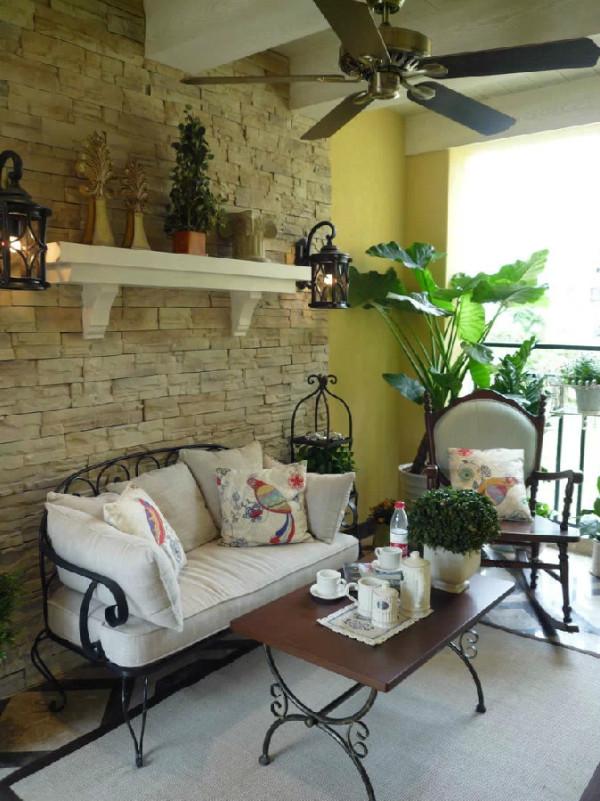 会客区走的是路线也是欧式中带一点清新。铁艺的家具大爱啊,沙发脚与茶几腿都有优美的弧度,同时对称的壁灯设计也很复古。尤其喜欢的还有沙发上的靠垫,花与鸟的图案总是显得十分文艺。
