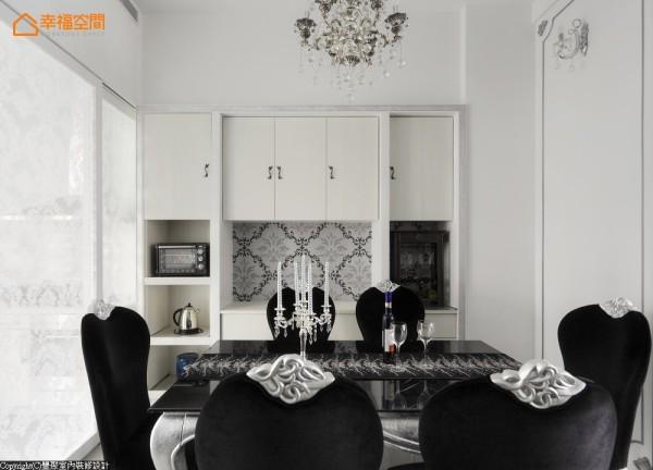 选用带有神秘黑的风华,绒质座椅还镶有小皇冠般的图腾椅背,餐橱柜也整齐的摆放电器用品,透白的夹纱玻璃区隔厨房的喧嚣,也可以让光透进室内,让位于中段的餐厅保有明亮的用餐空间。