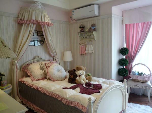 这间是公主房的设计,粉粉的色调是不是很适合女孩子呢?床头的布幔以及床尾都是经典的欧式设计,床上的泰迪熊也非常惹人喜欢。我想说的是:主人,让我在这里住一晚!