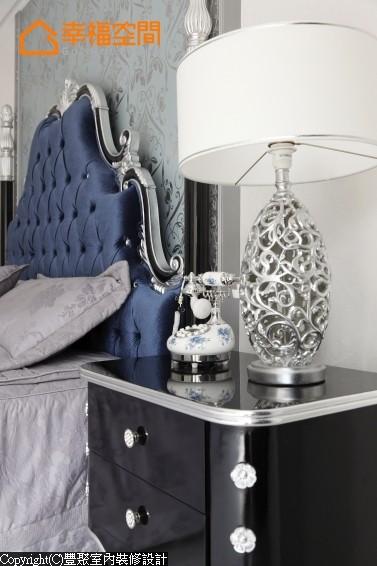 以同样式的海洋色壁纸跳出卧房主景,视线焦点落在宝蓝色的床头,流露高贵雅致的气息,电话、灯饰等物件的搭配也很重要。