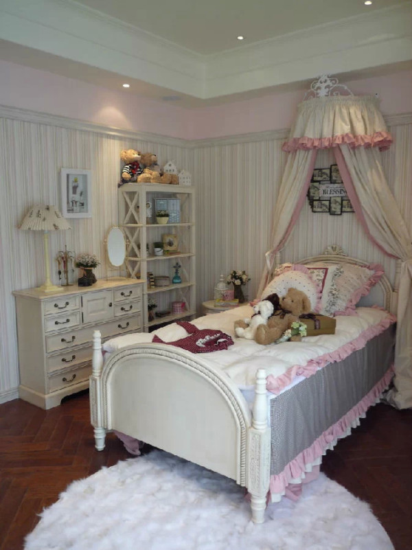 换一个角度再看看公主房,斗柜很有质感吧?还提供了更多的收纳空间。置物架也非常满意,女孩子嘛总会有很多小玩意儿,放在架子上不仅让房间保持整洁,还具有美化居室的作用。