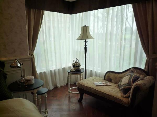 虽然不是完全落地窗,但是大窗户的设计还是保证了卧室空间的采光充足。双层窗帘的设计既保护隐私,又不影响光线进入室内。床头柜与边几之间的角色可以互换,不用时可将大、中、小重叠起来,超节省空间。