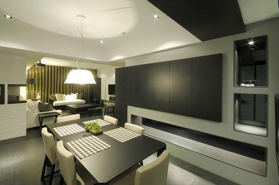 设计重点:公共空间     玄关、餐厅、厨房采用黑瓷砖,与客厅区隔,营造两种不同的空间感。餐柜的柜体设计嵌进墙面,彷佛柜身跟墙面连成一体,创造视觉一致性。