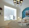 卧室还是纯洁的白色,但是一样有最唯美的蓝色搭配,还有清新的小碎花的被子,温暖,隽永,让美梦一定成真。