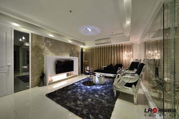 客厅整个色调以纯净的白色为主调,配合灯光,配饰以及地毯上绚丽的图案亦是对个性化空间的极好点缀,装点意味十足,个性化十足。