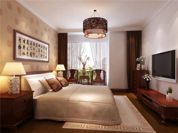本案设计为简约中式风格,宽敞舒适的客厅配合深色地板卓显稳健,浅咖色花纹壁纸的使用使空间变得柔和。.简约的灯池吊顶和地面家具相互呼应,相得益彰。