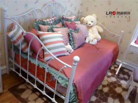 儿童房用小细花的墙纸诠释出清新田园的舒适感觉,还有可爱到谁都想变成小时候的模样,然后上去躺躺的感觉。