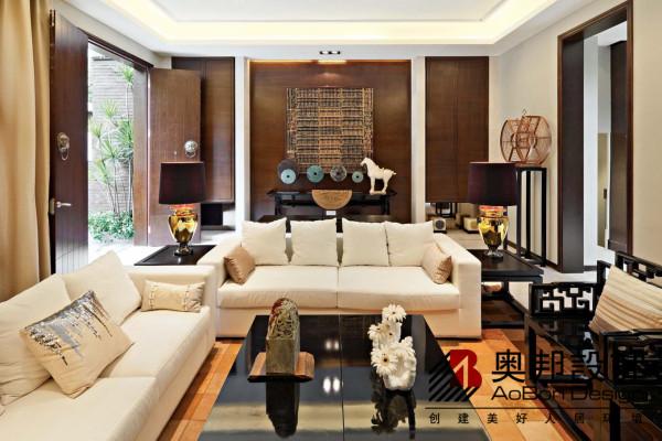 """新中式风格讲究纲常,讲究对称,以阴阳平衡概念调和室内生态。选用天然的装饰材料,运用""""金、木、水、火、土""""五种元素的组合规律来营造禅宗式的理性和宁静环境。"""