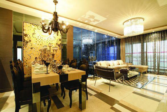 餐厅背景墙和整个空间结合,是整个空间承上启下的地方。黄色的壁纸再配以高贵典雅的水晶吊灯,将整个房间的奢华贵族气质显现得淋漓尽至。