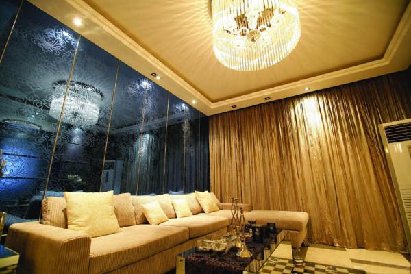客厅以大气、简约、个性为主基调,不要过多累赘复杂的造型,体现了主人的内蕴品性。客厅背景用的是暗纹艺术镜面玻璃,充分的反应了业主低调的奢华气息。