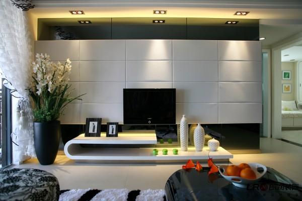 客厅的电视墙造型,用软包诠释低调的奢华,简约而不简单,搭配别致的电视矮柜,时尚简约。